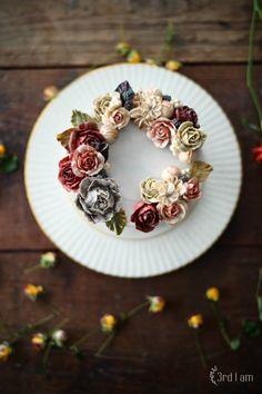 플라워 케이크는 급한 마음으로 만들 수 없고,작업하는 동안 디자인과 컬러, 꽃의 크기와 어레인지의 높낮...