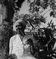 Mãe Andressa com seu cachimbo de cabo longo. Maranhão. foto: Pierre Verger