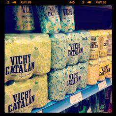 Las latas de VCH Plus lima-limón y menta, junto con las de Vichy Catalán Lemon, en una estantería de un supermercado Sorli Discau de Barcelona.