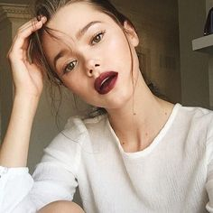 My favourite beauty trend this fall: dewy skin and bold lips! Products and tutorial Link in bio ✌️