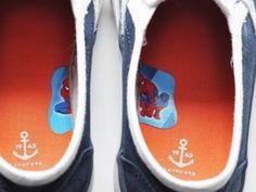 Damit du deinen Kindern dabei helfen kannst die Schuhe richtig herum anzuziehen, kannst du einen Aufkleber in der Hälfte durchschneiden und an die Innenseite der Schuhe kleben. Süßer Life-Hack, oder? | unfassbar.es