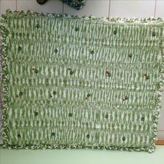 Manta de tricô feita pela D. Ceres, enfeitada por mim com botões