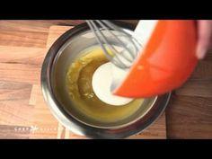 Πώς να φτιάξεις θαυματουργή αλοιφή για τα χέρια σε 1 λεπτό. Για καψίματα στην κουζίνα, τσιμπήματα ή άλλες δερματικές ενοχλήσεις, μπορούμε να φτιάξουμε σπιτική αλοιφή με βάση το καθαρό κερί… Δείτε πώς στο βίντεο που ακολουθεί! Beauty Secrets, Diy Beauty, Beauty Hacks, Home Remedies, Natural Remedies, Blue Makeup Looks, Homemade Mask, Beauty Recipe, Face And Body