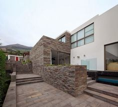 Casa con fachada moderna en la colina / Jose Orrego en Lima , Perú http://www.arquitexs.com/2014/02/casa-moderna-fachada-piedra-arquitectos-Metropolis-lima.html