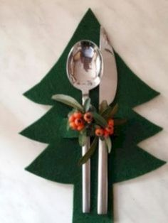 16 different ways to decorate your Christmas table - Healthy lifestyle - 16 dif. - 16 different ways to decorate your Christmas table – Healthy lifestyle – 16 different ways to - Noel Christmas, Simple Christmas, Christmas Ornaments, Christmas Christmas, Felt Christmas Trees, Christmas Cooking, Christmas Things, Homemade Christmas, Christmas Table Settings
