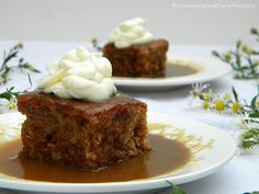 A popular British dessert featuring a date cake smothered in warm, sticky toffee sauce. British Desserts, Classic Desserts, British Recipes, Just Desserts, Delicious Desserts, Dessert Recipes, Sticky Toffee Pudding, Pudding Cake, Sweet Recipes