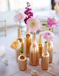 déco de mariage bouteilles dorées et fleurs