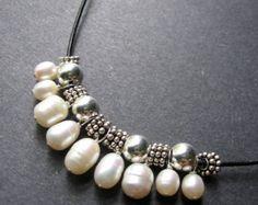 Perla y collar de cuero. Babero de perlas por SimpleElementsDesign
