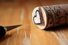 Wine corks become DIY stamps. Crafts To Make, Fun Crafts, Paper Crafts, Indoor Crafts, Diy Stamps, Make Your Own Stamp, Do It Yourself Organization, Do It Yourself Furniture, Idee Diy