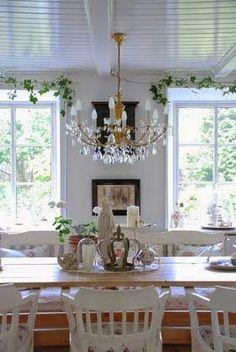 Mooi licht en wit en mooie stoelen.         Bankje achter de tafel blijft favoriet.       Gordijn in plaats van een deur.       Wat een hee...
