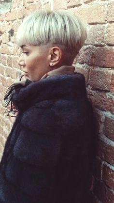 Bowl cut - My list of women's hairstyles Short Bob Hairstyles, Hairstyles Haircuts, Pixie Haircuts, Bowl Haircut Women, Hair Inspo, Hair Inspiration, Short Hair Cuts, Short Hair Styles, Bowl Haircuts