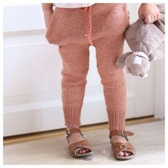 Knitting pattern: Simpelthen bukse / Simply pants (norwegian and english version) Little Girl Fashion, Fashion Kids, Knitting For Kids, Baby Knitting, Knit Pants, Knit Leggings, Wool Pants, Pants Pattern, Kid Styles