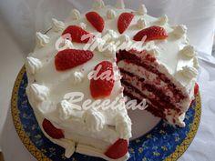 Há já imenso tempo que andava para fazer este bolo, pois achava que, para além do seu aspecto bem diferente do habitual (vermelho), deveri...
