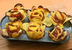 Bacon and potato roses - delicious party snack Bacon Roses, My Recipes, Favorite Recipes, Raw Potato, Best Party Food, Good Food, Yummy Food, Meat Appetizers, Snacks Für Party