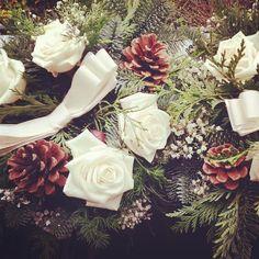 Guardando il cielo di questo #lunedì non posso che pensare al #bouquet del #matrimonio di #MelissaRoberto. #Rose bianche #pigne rami di #pino ed un fiocco di tessuto.   #Event_ualmente #weddingplanner #weddingbouquet #fiori #allestimento #inverno #Lecco