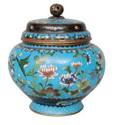 A cloisonné lidded vase    China, 1nd half 19th cent. (Qing dynastie 1644-1911). Cloisonné on copper corpus with peonies and birds decoration. Min. spilit offs. H. 22 cm, diam. 20 cm.