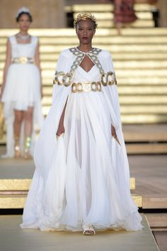 See all the Collection photos from Dolce & Gabbana - Alta Moda Autumn/Winter 2019 Couture now on British Vogue Style Haute Couture, Couture Fashion, Runway Fashion, Womens Fashion, Juicy Couture, Fashion Week, Look Fashion, High Fashion, Fashion Show