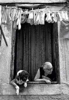 such a fun photo with this dog peeking too out the window; black and white; preto e branco; Black White Photos, Black And White Photography, Tanz Poster, Great Photos, Old Photos, Vintage Photography, Art Photography, Street Photography People, Foto Poster