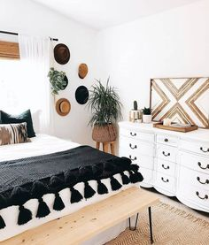 To give the boho treatment to a black and white bedroom .- So geben Sie einem Schwarz-Weiß-Schlafzimmer die Boho-Behandlung How to Give Boho Treatment to a Black and White Bedroom – - Minimalist Bedroom, Modern Bedroom, Bedroom Black, Mirrored Bedroom, Bedroom Rustic, Cozy Bedroom, Simple Bedroom Decor, White Bedrooms, Contemporary Bedroom