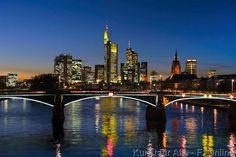 Blick über Main auf Skyline von Frankfurt bei Abenddämmerung, Hessen, Deutschland, Querformat