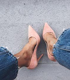 Escarpins en daim rose pâle + peau bronzée + jean brut effiloché = le bon mix