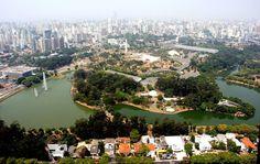 """Parco Ibirapuera  San Paolo (Brasile), 1954  Il parco e gli edifici che lo completano sono stati progettati da Burle Marx e Oscar Niemeyer. Si estende per circa due chilometri quadrati.   E' famoso in tutto il mondo poichè viene utilizzato a scopi sportivi, d'incontro e come centro congressi. Il termine Ibirapuera signica """"legno marcio"""" che indica la zona        umida abitata sul quale si erge."""