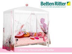 Himmelbett von Lifetime Dieses Bett ist wie für kleine Prinzessinnen gemacht! Der Himmel bietet Rückzugsmöglichkeit und regt die Fantasie zum Spielen an. Das Bett besteht aus Kiefernholz und ist weiß lackiert. Im Lieferumfang enthalten ist auch der Lattenrost sowie der Himmelstoff.  https://www.bettenritter.com/Lifetime-Himmelbett-Kiefer-weiss-inkl-Rollrost