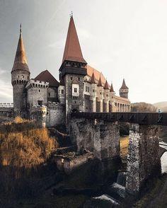 El Castillo de Hunyad en el distrito de Hunedoara, de la región de Transilvania, en Rumania. La entrada por el puente levadizo, con torres puntiagudas elevándose por encima del patio de piedra. Fue construido sobre las ruinas de una antigua fortificación, en el río Zlasti.