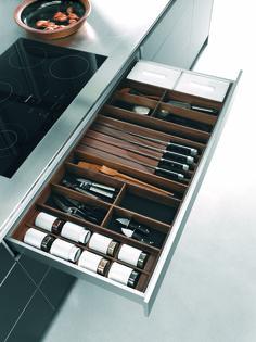 bulthaup - b3 keuken - uitrustingssysteem voor lades - 120 cm brede aluminium lade met linoleum mat, indeling van notenhout, inzetelementen voor specerijenpotten, messen en porseleinen bussen
