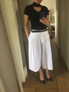Pantacourt branca + blusa gola preta + cinto preto + scarpin preto