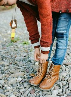 Lace-up boots, pocket jeans, awesome necklace.