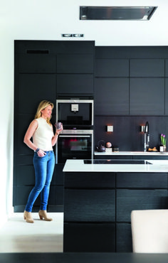Brukte møbelplate. Kjøkkeninnredningen er fra Kvik. Laila ønsket opplevelsen av en helt mørk vegg, derfor er veggen bak vask og benk kledd med samme møbelplate. En stor kjøkkenøy binder kjøkkenet og spisestuen sammen. Ventilatoren fra Kvik er montert helt oppe i taket. Taklampene er fra Stokkan Lys. New Kitchen, Kitchen Decor, Kitchen Design, Grey Kitchens, Cool Kitchens, Interior Design Living Room, Interior Decorating, Black Decor, Interior Architecture