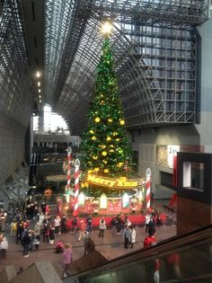 Kerstboom in Kioto station