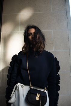 theadorabletwo_stylebop_victoria_beckham_sweater_blue_blau_pullover_reserved_roc_weiss_adidas_gazelle_sneaker_blau_chloe_drew_bag_streetstyle_paris_fashion_week