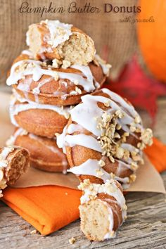 Pumpkin Butter Donuts, an easy baked mini donut recipe with homemade pumpkin butter. Makes a delicious treat with your morning coffee or an afternoon snack via @KleinworthCo