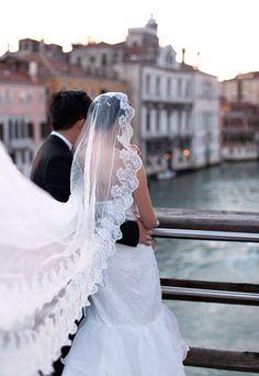 Sposi sul ponte a Venezia bride and groom on bridge in Venice
