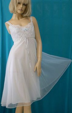 VINTAGE GOTHAM GOLD LABEL WHITE NYLON LACE BLUE RIBBON QUILTED TOP NIGHTGOWN-S