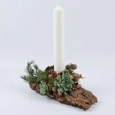 Stor, flot Juledekoration i natur med stort, hvidt bloklys