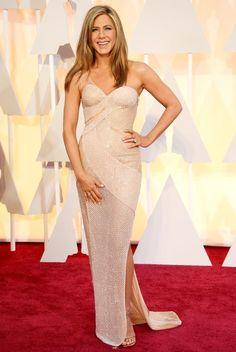 Estilo de Jennifer Aniston  En la alfombra roja y eventos sociales, Jennifer Aniston siempre está increíblemente  elegante y femenina. Jen entiende claramente la belleza de su figura. Sus elegantes vestidos tubo, atrevidos mini, cortes altos y escotes profundos. Pero Jennifer  conoce la medida, por lo que siempre parece impresionante, pero nunca vulgar. #moda #estilo #tendencias #lookbook  #fashionista #glamour #fashiongallery #stylegallery #blogger #fashionblogger