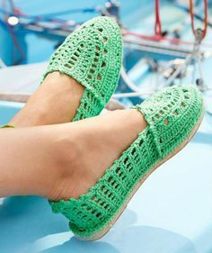 Crochet espadrilles, free crochet pattern (picture by Catania) | Happy in Red