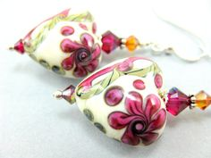 rather lovely floral beads...not that I usually like them. yet another uncredited lampworker though.