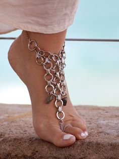 Ankle bracelets are a must-have jewelry accessory for summer This trend is not exactly new. Anklets have been in and out of fashion over the last 30 years and they have been worn in Eastern c… Ankle Jewelry, Ankle Bracelets, Body Jewelry, Feet Jewelry, Jewelry Accessories, Fashion Accessories, Accesorios Casual, Bare Foot Sandals, Looks Vintage