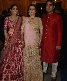Isha Ambani and Anand Piramal Host A Majestic Reception Party And Their Families Appeared To Enjoy It Well - HungryBoo Indian Bridal Outfits, Indian Bridal Wear, Indian Dresses, Indian Wear, Wedding Outfits, Party Wear Lehenga, Bridal Lehenga Choli, Indian Lehenga, Lehenga Dupatta