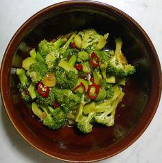 RAW recepty | Marinovaná brokolice | www.rawsuperfood.cz Broccoli, Salads, Vegetables, Food, Veggies, Essen, Salad, Vegetable Recipes, Chopped Salads
