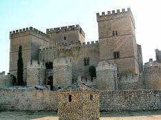 Castillo de Ampudia (Castilla y León, España).  Fuente: http://www.jotdown.es/2013/07/vida-y-muerte-en-un-castillo-medieval/
