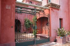 Arquitectura - Paisajismo - Ricardo Pereyra Iraola - Buenos Aires - Argentina - Entrada - Rejas - Casa Fachada Colonial, Stucco Homes, Hacienda Style, Spanish Colonial, Entrance Doors, Garden Gates, Ideas Para, House Plans, Sweet Home
