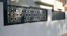 Gardul unei case Prahova construit cu structura de beton si paneluri metalice vopsite si traforate