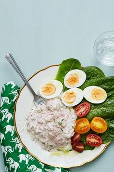 A keto meal in fifteen minutes? Creamy tuna salad served on crisp lettuce accompanied by eggs cooked to perfection and some tomatoes to brighten the plate. So easy. So tasty. So keto. Egg Recipes, Dairy Free Recipes, Salad Recipes, Diet Recipes, Healthy Recipes, Diet Doctor Recipes, Lunch Recipes, Healthy Foods, Keto Meal Plan