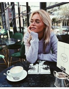 Photography Coffee Shop Travel 50 New Ideas Looks Street Style, Foto Pose, Photo Instagram, Fashion Beauty, Uni Fashion, Girl Fashion, Fashion Trends, At Least, Eyewear