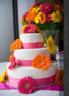 summer wedding cake... Yessss please!! N I love these colors!!!! N those r def my wedding flowers! :)